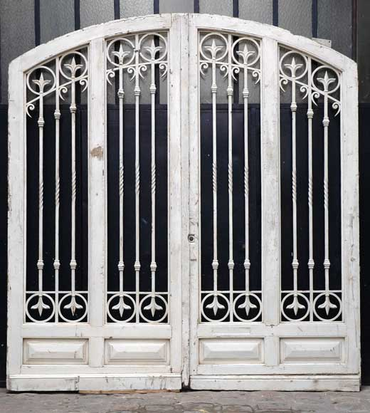 Grande porte d 39 entr e en bois et fer forg portes for Porte entree fer forge villa
