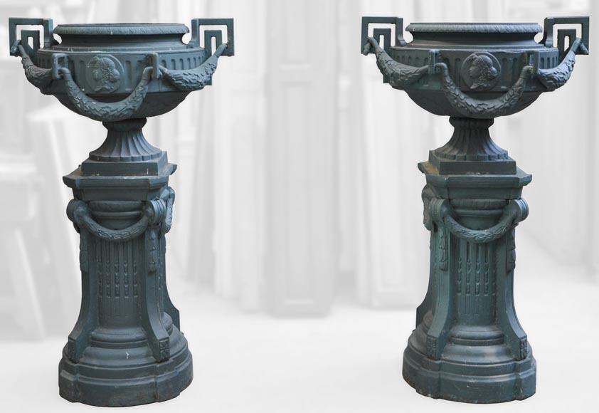 Paire de vases en fonte de style Louis XVI avec leurs socles ...
