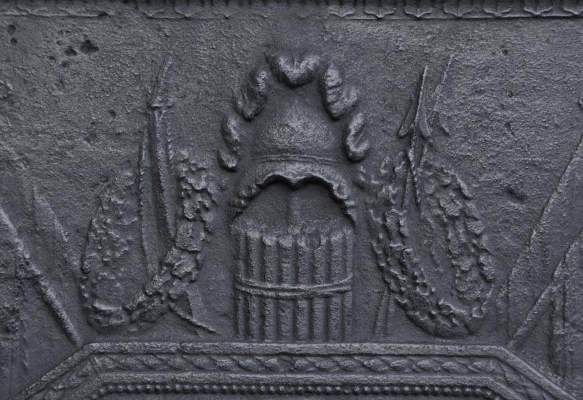 Grande plaque de chemin e ancienne en fonte inspir e du for Cheminee en fonte ancienne