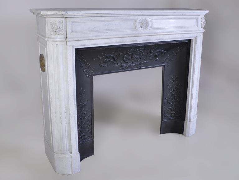 chemin e ancienne de style louis xvi en marbre blanc de carrare centr e d 39 une fleur de tournesol. Black Bedroom Furniture Sets. Home Design Ideas