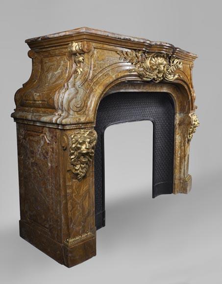 extraordinaire chemin e ancienne de style louis xiv t tes de lions en alabastro di busca et. Black Bedroom Furniture Sets. Home Design Ideas