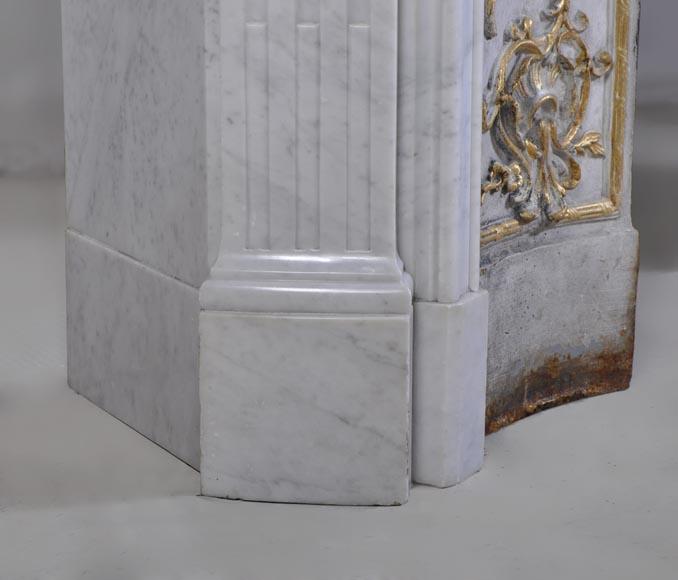 Chemin e ancienne de style louis xv en marbre blanc de for Cheminee en fonte ancienne