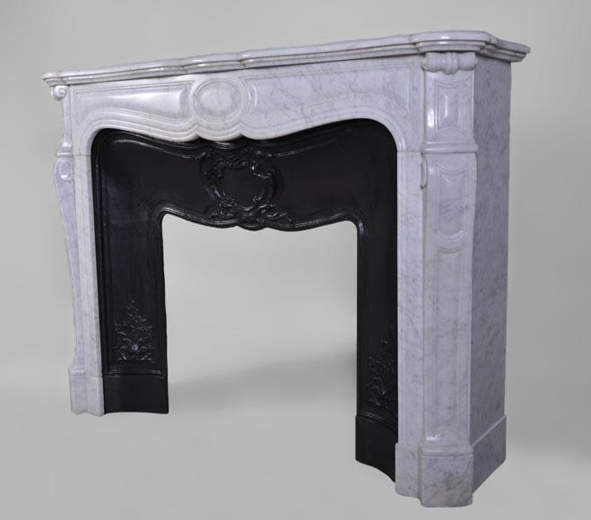 Grand chemin e ancienne pompadour en marbre de carrare for Cheminee en fonte ancienne