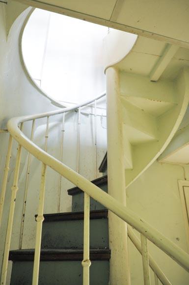 Escalier en colimaçon en bois et fonte - escaliers et rampes