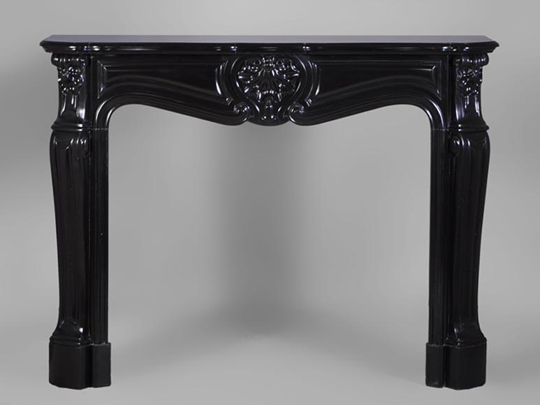 Belle cheminée ancienne de style Louis XV en marbre Noir Fin