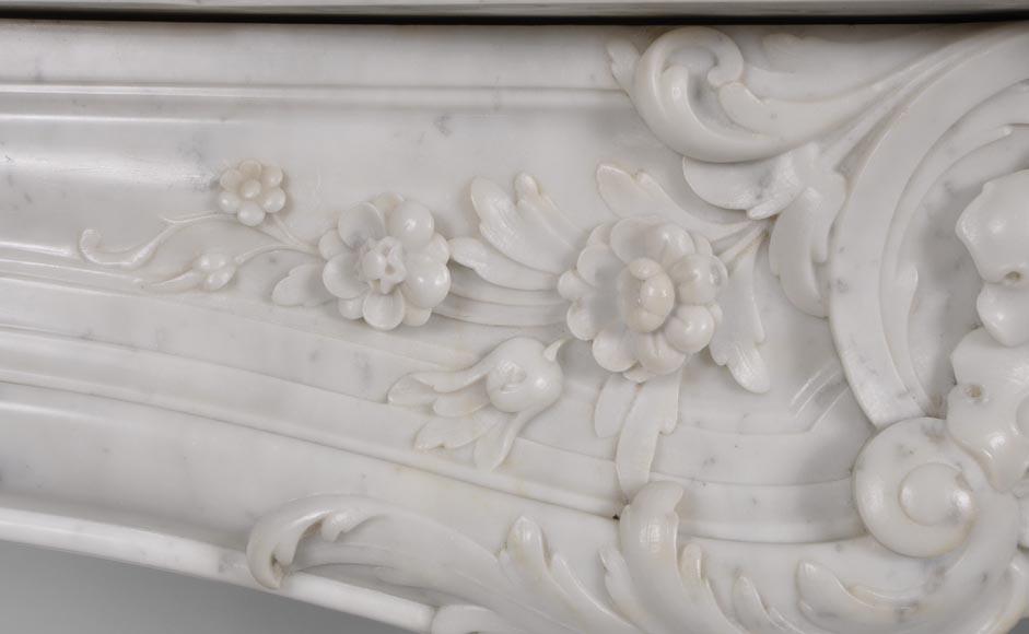 Belle chemin e ancienne de style louis xv en marbre blanc for Marbre de carrare blanc