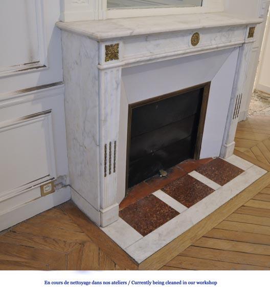 chemin e ancienne de style louis xvi en marbre blanc de carrare vein et ornements de bronze. Black Bedroom Furniture Sets. Home Design Ideas