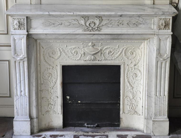 chemin e ancienne de style louis xvi en marbre arabescato du xixe si cle avec rameaux de. Black Bedroom Furniture Sets. Home Design Ideas
