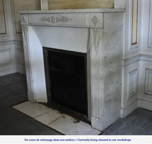 chemin e ancienne de style directoire en marbre blanc de carrare d cor de palmettes et rosaces. Black Bedroom Furniture Sets. Home Design Ideas