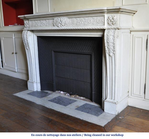 tr s belle chemin e ancienne de style louis xvi d cor de fleurs naturalistes en marbre blanc. Black Bedroom Furniture Sets. Home Design Ideas