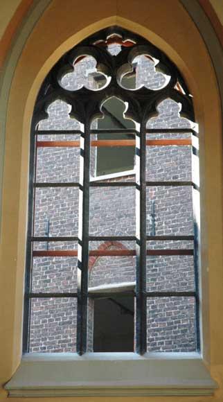 Fen tre de style n o gothique en pierre de soignies for Architecture neo gothique