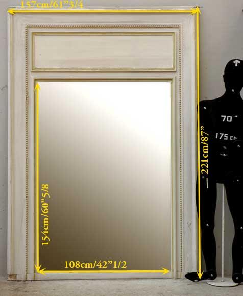 Trumeau de style louis xvi peint en blanc avec des for Miroir bordure doree