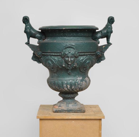 Vase ancien en fonte de fer aux sphinges jardini res for Deco jardin fonte